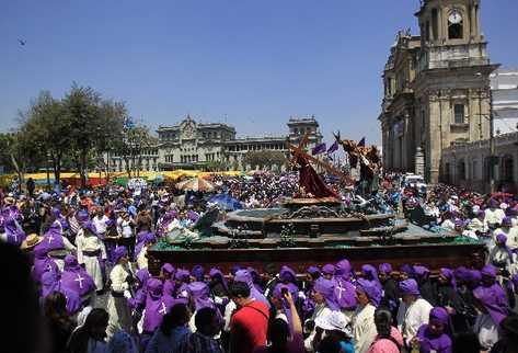 Procesión infantil de la Recolección  a su paso  frente a la Catedral Metropolitana.