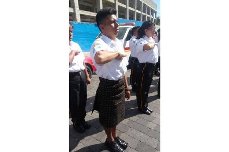 Francisco Chox Xum durante el acto de graduación en Quetzaltenango. (Foto Prensa Libre: Tomada de la página de Facebook de ElQuetzalteco).