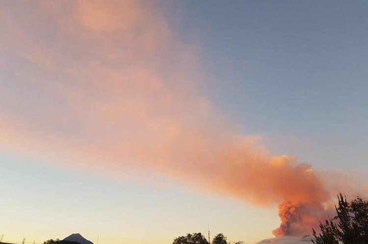 El humo y la ceniza expulsada por el Volcán de Fuego pintó de naranja el cielo de los guatemaltecos. (Foto Prensa Libre: Twitter Milton Quexel)