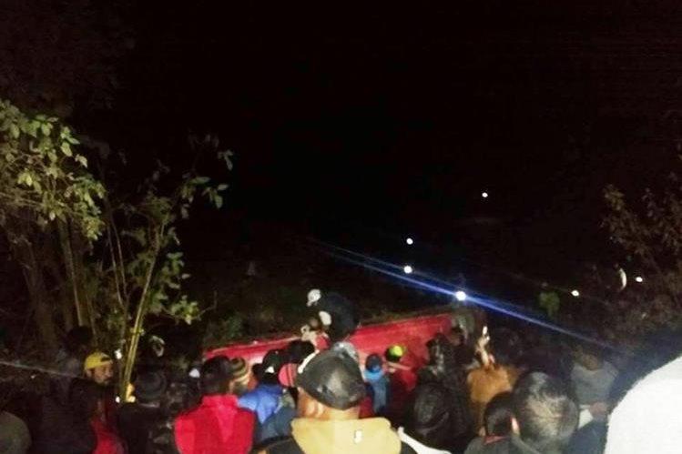 Curiosos en el lugar del accidente de microbús, en el 146 de la ruta Interamericana, Santa Lucía Utatlán, Sololá. (Foto Prensa Libre Knal4 Quiché)