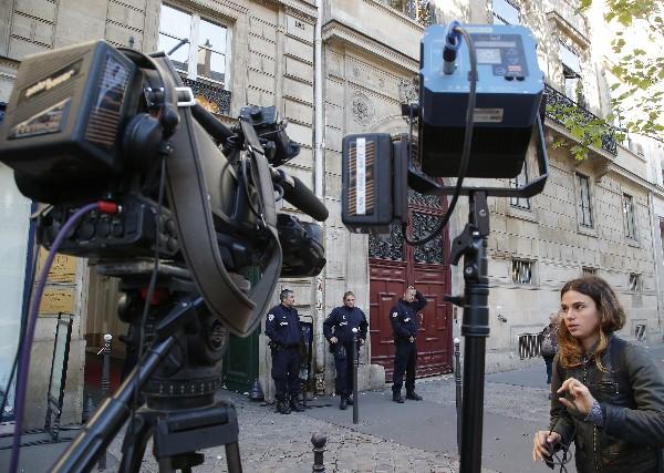 Policías en la entrada del hotel donde  asaltantes le robaron a Kim Kardashian. (AFP).