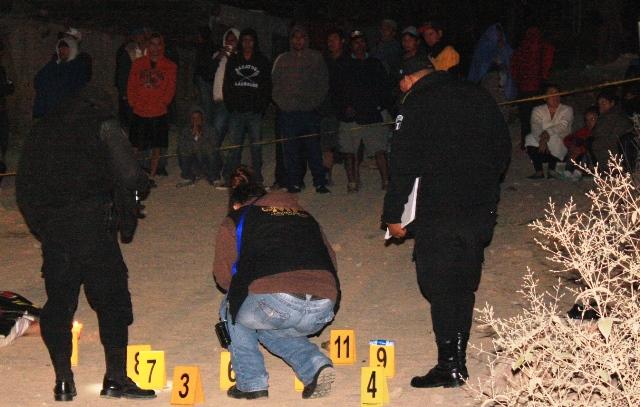 Peritos del Ministerio Público recogen evidencias en la escena del crimen. (Foto Prensa Libre: Héctor Contreras)
