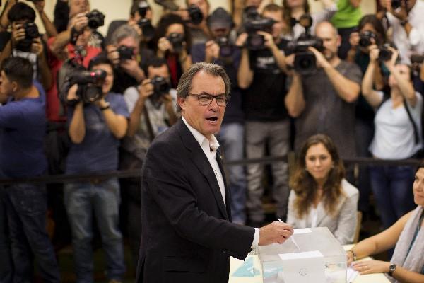 Artur Mas emite su vota en las elecciones paralamentaria regionales.