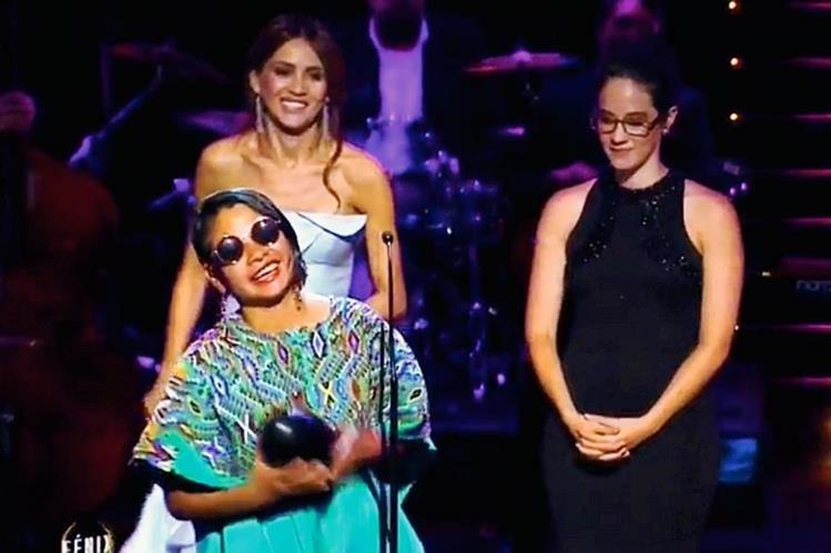 La artista guatemalteca Sofía Lantan recibió el Premio Fénix al mejor vestuario. (Foto Prensa Libre: Tomada de YouTube).