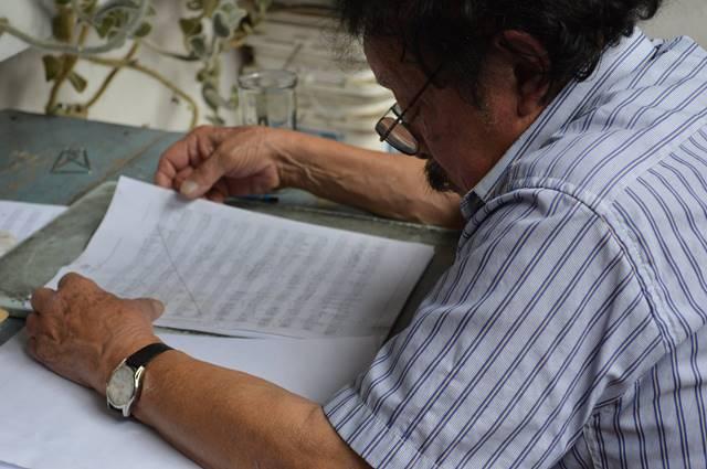 El músico Orellana en la composición de la Sinfonía desde el Tercer Mundo (Foto Prensa Libre: Facebook Joaquín Orellana).
