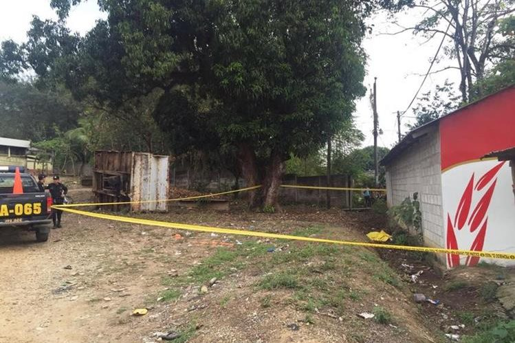 Cadáver de hombre se halla cubierto por un lienzo amarillo, en Morales, Izabal. (Foto Prensa Libre: Dony Stewart)