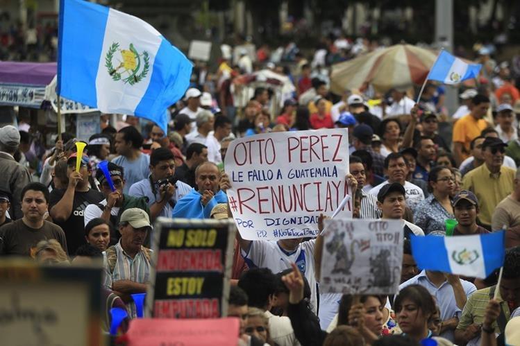 Carteles, disfraces y consignas, fueron las formas de expresión de los ciudadanos. (Foto Prensa Libre: Hemeroteca PL)
