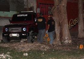 Peritos del Ministerio Público recaban evidencias en el lugar del crimen. (Foto Prensa Libre: Rigoberto Escobar)