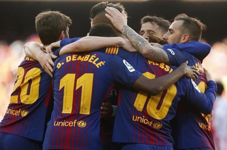 Los jugadores del FC Barcelona celebran la victoria contra el equipo de Bilbao. (Foto Prensa Libre: AFP)
