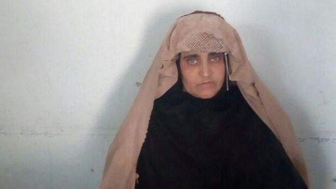 Sharbat Gula fue arrestada por supuestamente llevar una identificación falsa. REUTERS