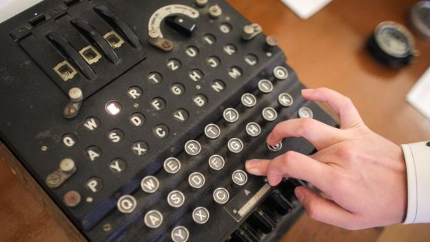 Cada vez que se tecleaba una letra, una lámpara iluminaba una de las letras en el centro de la máquina. REUTERS