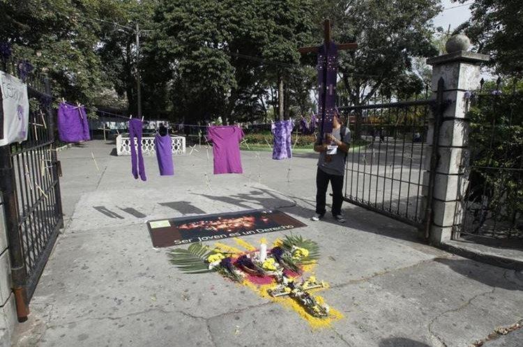 En el Parque Infantil Colón, se hizo la segunda estación del Viacrucis de la Indignación. (Foto Prensa Libre: Paulo Raquec).