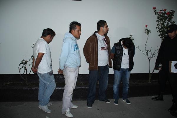 """<p>Los cuatro detenidos fueron consignados a los tribunales correspondientes. (Foto Prensa Libre: Miguel López)<br _mce_bogus=""""1""""></p>"""