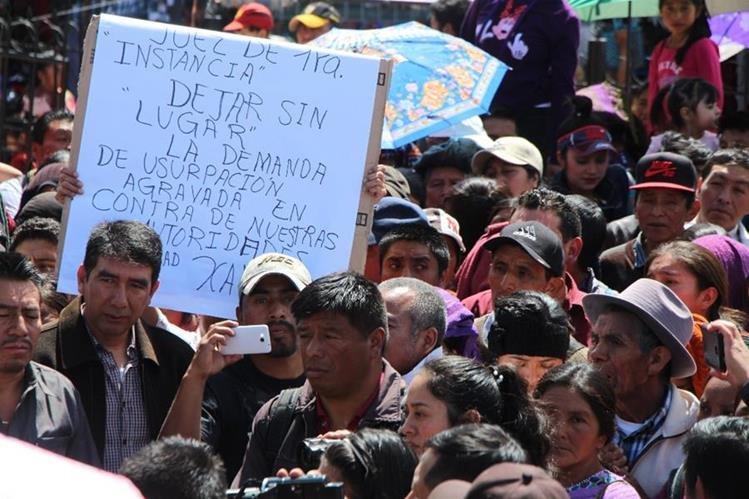 Vecinos muestran su apoyo a autoridades que fueron demandadas en Totonicapán. (Foto Prensa Libre: Édgar Domínguez).