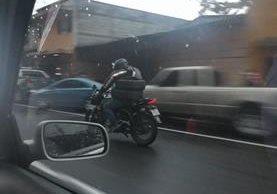 Algunos motoristas hacen maniobras que parecieran increíbles. (Foto Prensa Libre: César Pérez)
