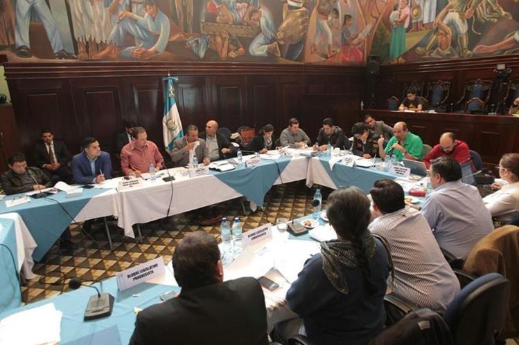 La mesa técnica analiza y discute las reformas a la Ley Orgánica del Congreso. (Foto Prens Libre: Erick Ávila)