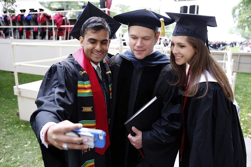 El actor, junto a estudiantes que comparten el entusiasmo por su presencia. (Foto Prensa Libre: EFE).