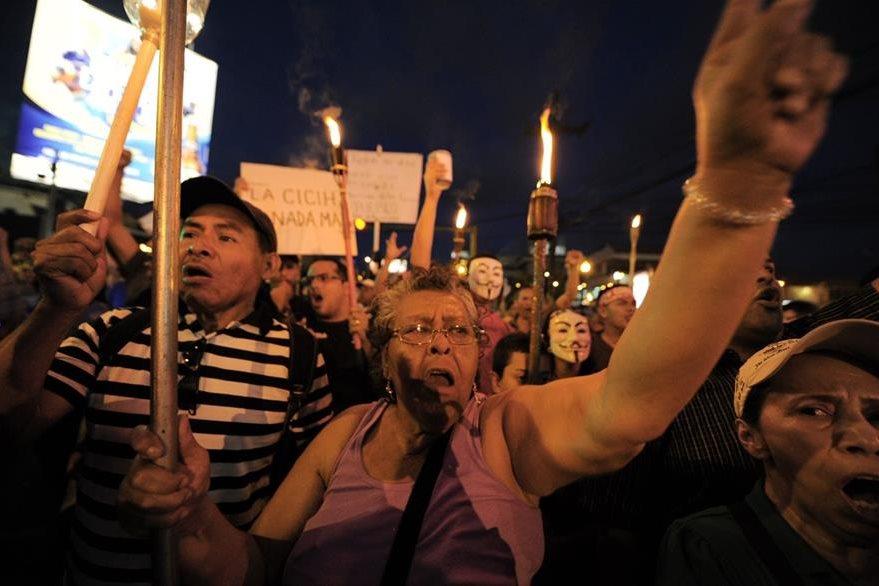 Manifestantes exigen la renuncia del presidente Juan Orlando Hernández en la marcha del viernes. (Foto Prensa Libre: AFP).