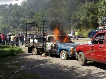 Automotor en el que se desplazaban los presuntos delincuentes en Tecpán Guatemala, Chimaltenango. (Foto Prensa Libre: Ángel Julajuj)