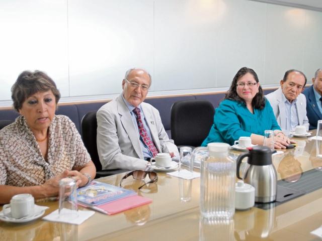 Ileana Alamilla, presidenta  de la  APG; Julio  García, vicepresidente;   Zulma Hernández, prosecretaria; Rogelio Chacón, tesorero; y Miguel  González, director segundo.