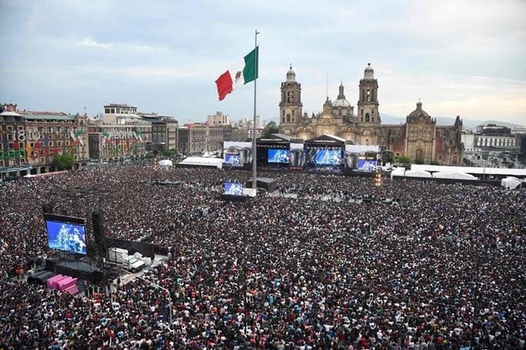 Miles de personas se dieron cita en el Zócalo de la Ciudad de México para disfrutar del concierto a beneficio de las víctimas del terremoto en México. (Foto Prensa Libre: AFP).