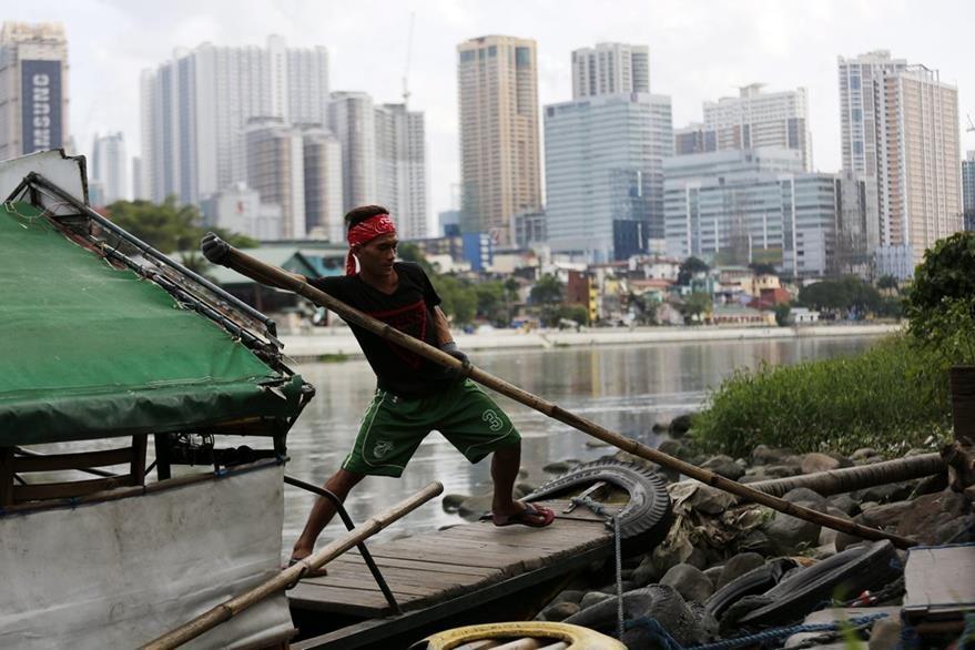Un hombre evacua en la ciudad de Makati, al sur de Manila, Filipinas. (Foto Prensa Libre: EFE).