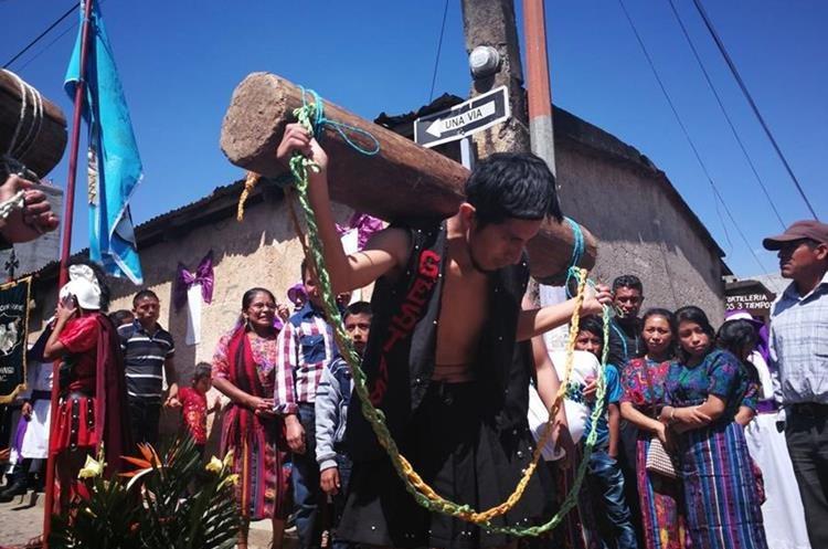 El castigo en vivo de Dimas y Gestas es admirado por cientos de feligreses y turistas. (Foto Prensa Libre: Óscar Felipe)