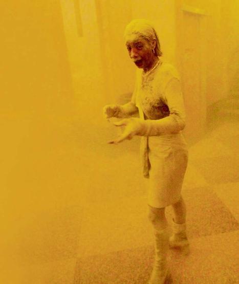 """La imagen de una mujer cubierta completamente de polvo tras los atentados terroristas a las Torres Gemelas de Nueva York en 2001 se convirtió, sin duda, en una de las más emblemáticas del triste suceso. Marcy Borders, apodada como """"Dusty Lady"""", logró escapar del piso 81 de la torre norte el 11 de septiembre del 2001. Recién murió el año pasado víctima de un cáncer estomacal. (Foto Prensa Libre: Hemeroteca PL)."""