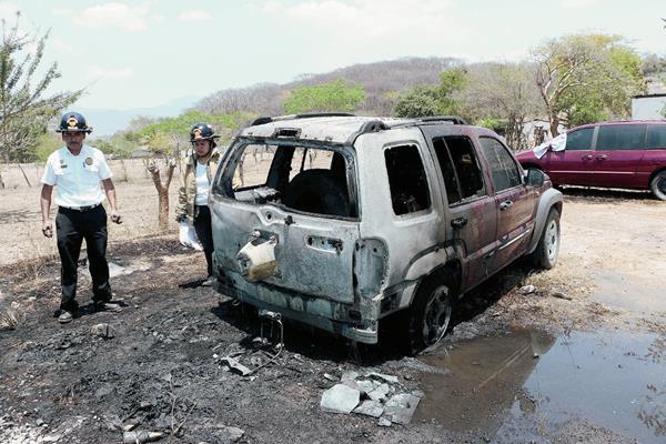 Bomberos observan el vehículo quemado en Salamá, Baja Verapaz. (Foto Prensa Libre: Carlos Grave)