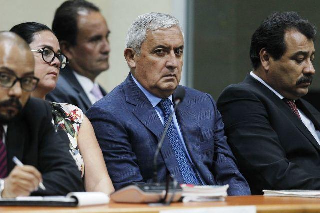 Otto Pérez Molina con gestos de molestia al escuchar que rechazaron su recusación. (Foto Prensa Libre: Paulo Raquec)