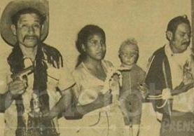 De izquierda a derecha, Pedro Abrigo Hernández; su mujer, Patrocinia Contreras, y el suegro del primero, Pedro Contreras Hernández. Posan con varios muñecos y otros objetos que usaban en prácticas de brujería. (Foto: Hemeroteca PL)