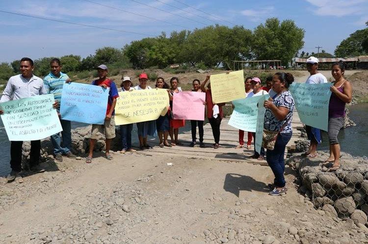 Pobladores, durante una de las muchas protestas que han hecho para exigir la reparación del puente. (Foto Prensa Libre: Enrique Paredes)