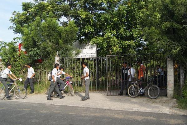 """<p>Un grupo aproximado de 100 estudiantes tomaron la sede dela escuela Oxlajuj Noj, en Rabinal. (Foto Prensa Libre: Carlos Grave)<br _mce_bogus=""""1""""></p>"""