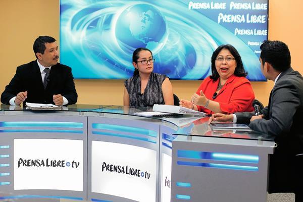 Luisa Leiva del ICCPG y Mayra Véliz, asesora del MP conversan sobre los alcances de la Fiscalía de Asuntos Internos. (Foto Prensa Libre: E. Bercián)