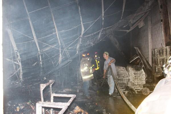 Bomberos trabajaron más de cinco horas para sofocar las llamas.