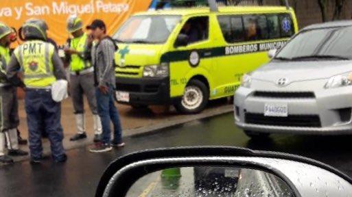 Una persona fue atropellada cerca de una pasarela en la zona 10. (Foto Prensa Libre: Amílcar Montejo)
