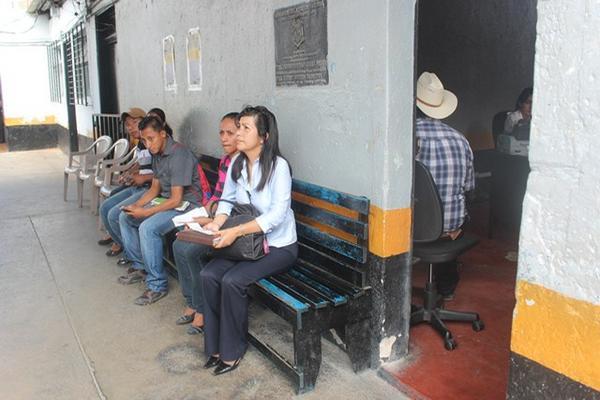<p>Cada persona invierte de 10 a 15 minutos para el trámite. (Foto Prensa Libre: Edwin Paxtor)<br></p>