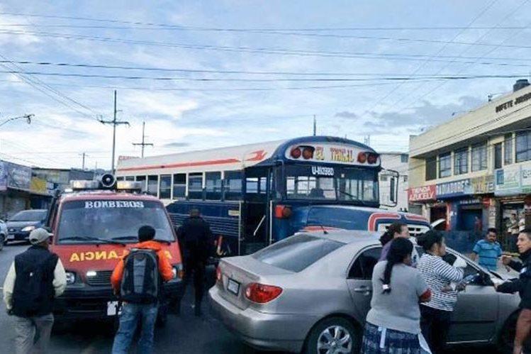 Bus que fue atacado en la zona 7 de Quetzaltenango. (Foto Hemeroteca PL).