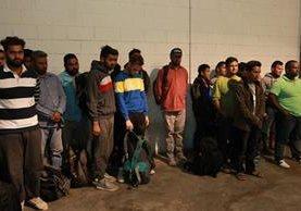 Migrantes de Nepal y Túnez detenidos en abril de 2016, cuando abordaban un autobús hacia Centranorte, en la capital. (Foto: Hemeroteca PL)