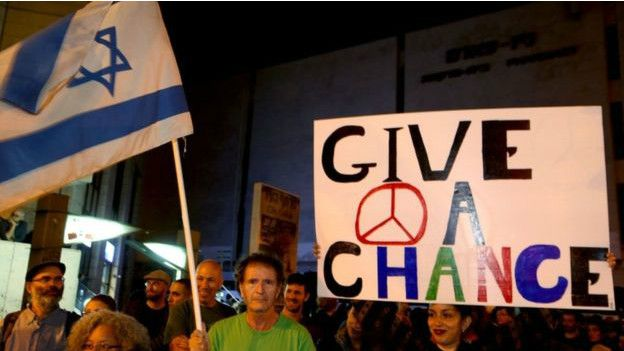 Las voces por la paz se siguen haciendo oír, pero un acuerdo parece más lejano que nunca.  AFP