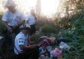 Los Bomberos Voluntarios rescataron el cuerpo de un hombre que se lanzó del puente El Incienso. (Foto Prensa Libre: Bomberos Voluntarios)