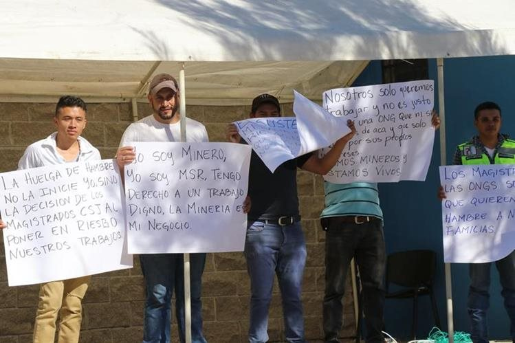 El grupo de trabajadores permanece a la par de la sede policial de San Rafael Las Flores. (Foto Prensa Libre: Hugo Oliva)