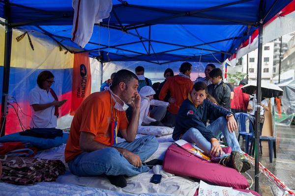 Políticos opositores mantienen una huelga de hambre en la capital venezolana, uno de los puntos de exigencia era la fijación de una fecha para las elecciones. (Foto Prensa Libre: EFE)