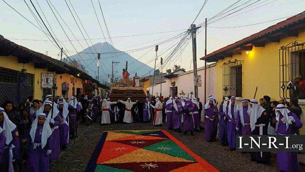 Alfombras esperan el paso de Jesús del Perdón, en Antigua Guatemala. (Foto Prensa Libre: Inri)