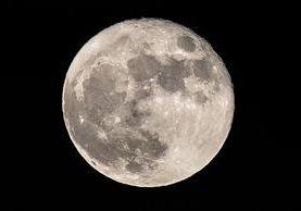 La superluna que se levanta sobre Londres fue tomada el 14 de diciembre del 2016.(AFP).
