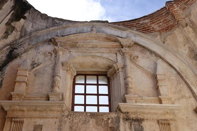 Una de las ventanas de la Catedral de Antigua Guatemala que fueron restauradas, luego de que permanecieran selladas desde 1810, aproximadamente. (Foto Prensa Libre: Julio Sicán)
