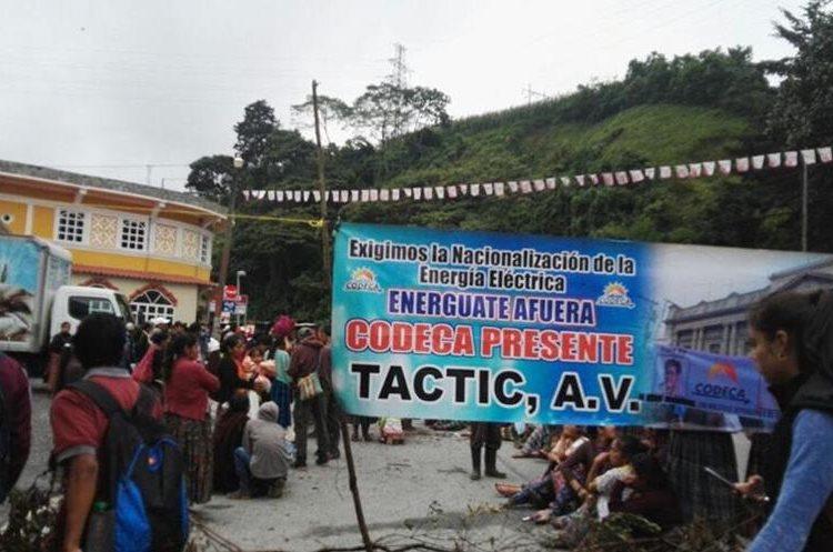 En Alta Verapaz también fue bloqueada la ruta.