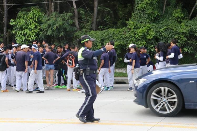 Agentes de la PMT a diario se encargan de ordenar el tránsito en la ciudad colonial. (Foto Prensa Libre: Julio Sicán).