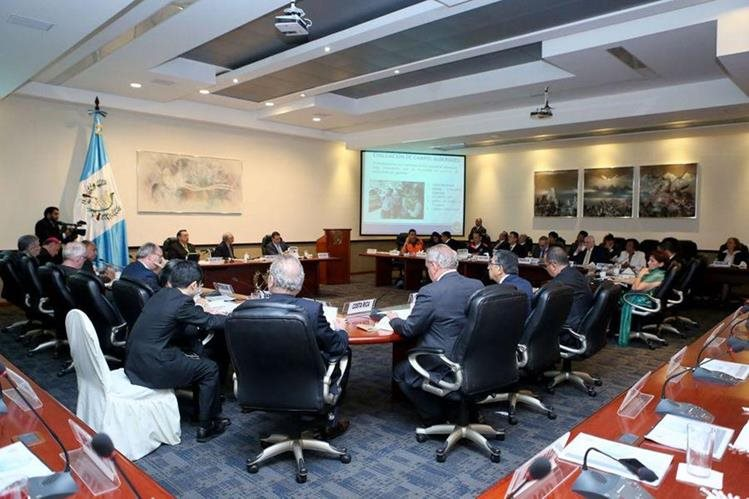 Ejecutivo presenta proyecto a grupo G-13 en Casa Presidencial. (Foto Prensa Libre: Cortesía Presidencia)