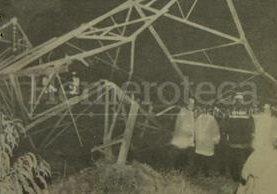 Bomberos y empleados de la Empresa Eléctrica observan los daños ocasionados por la acción dinamitera de la guerrilla en una torre de electricidad en Ciudad San Cristóbal el 18 de diciembre de 1991. (Foto: Hemeroteca PL)